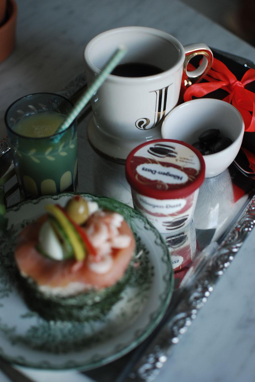 Lyxfrukost, födelsedagsmiddag och en trädgårdsbukett