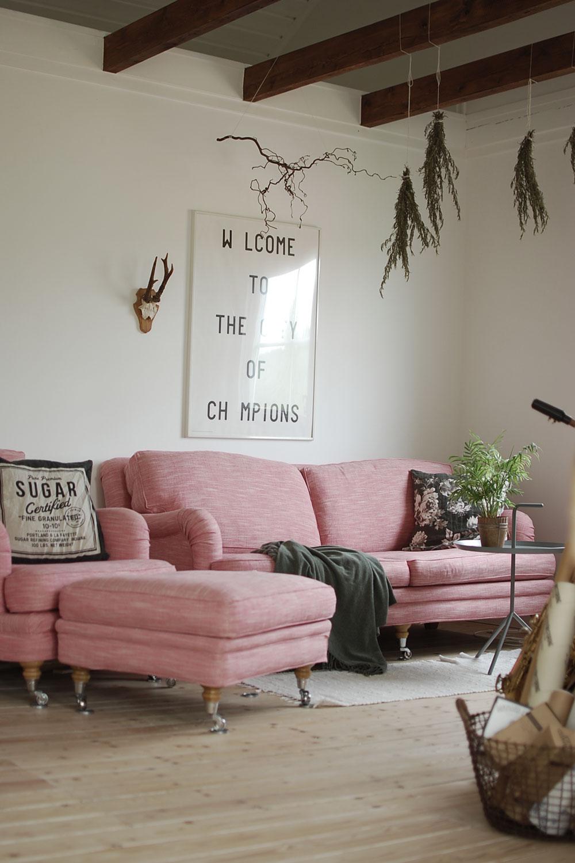 En rosa soffa